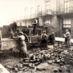 Women labourers paving in West Halkin Street in 1918. | City of Westminster Archive Centre